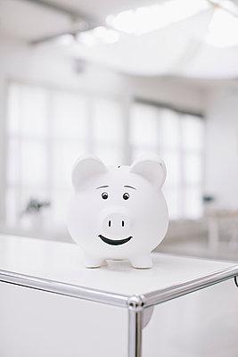 Sparschwein im Büro - p586m953337 von Kniel Synnatzschke