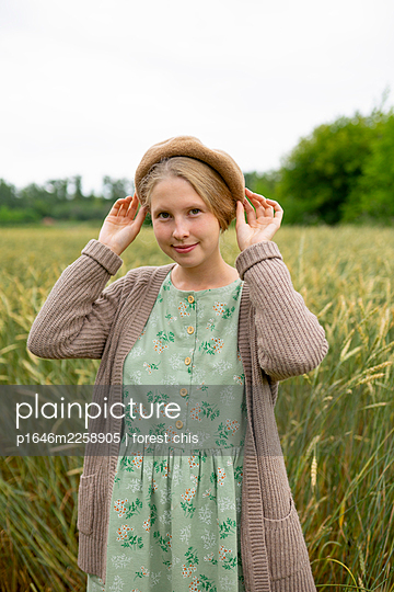 Young woman with beret in the cornfield, portrait - p1646m2258905 by Slava Chistyakov