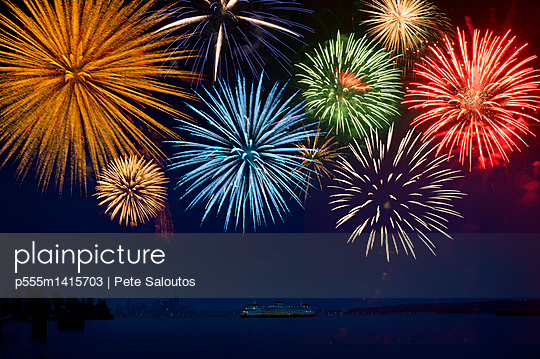 Fireworks exploding over cruise ship in bay, Seattle, Washington, United States - p555m1415703 by Pete Saloutos