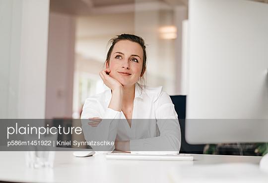 Junge Geschäftsfrau beim tagträumen - p586m1451922 von Kniel Synnatzschke