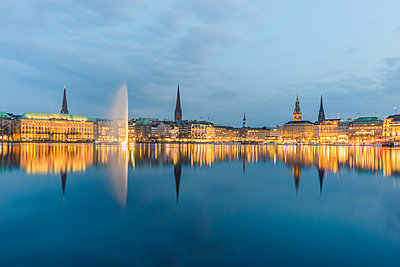 Germany, Hamburg, Inner Alster lake, city center in the evening - p300m1587607 von Kerstin Bittner