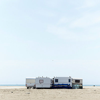 Wohnwagen am Strand - p415m698223 von Tanja Luther