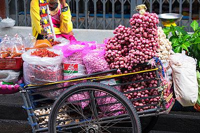 Close up of loaded street vendor cart at city curb - p555m1421536 by David Buffington