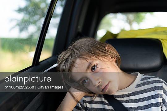 A young boy taking a car ride - p1166m2292568 by Cavan Images