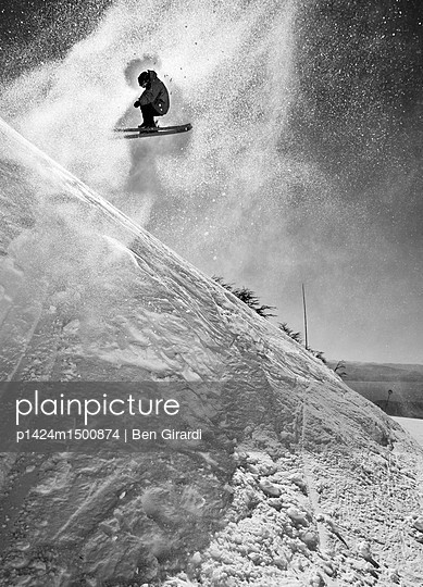 plainpicture | Photo library for authentic images - plainpicture p1424m1500874 - Skier Catching Air - plainpicture/Aurora Premium/Ben Girardi