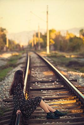 Mädchen auf Bahngleisen - p1432m2148296 von Svetlana Bekyarova