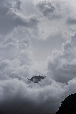 Wolkenstimmung in den Bergen - p248m1058285 von BY