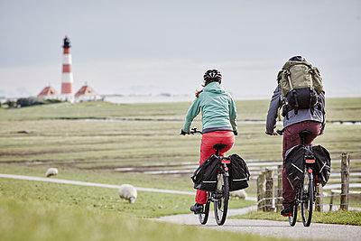 Pärchen mit Trekking-Bikes in Sankt Peter-Ording und am Westerhever Leuchtturm - p300m1416722 von Roger Richter