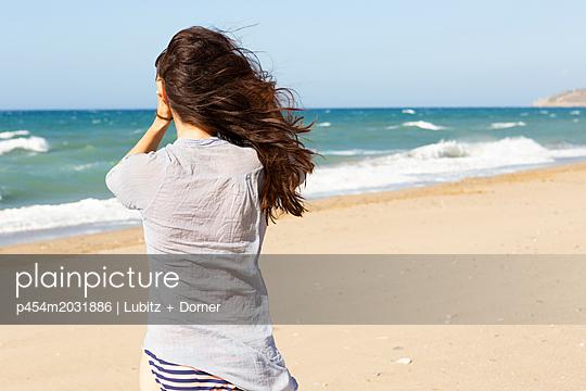Wind and wave breaking - p454m2031886 by Lubitz + Dorner