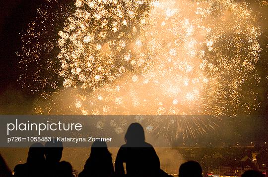 Feuerwerk in Gelb - p726m1055483 von Katarzyna Zommer