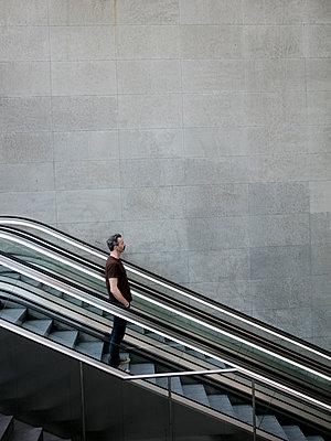 Mann auf der Rolltreppe im Bahnhof PP  - p1212m1137088 von harry + lidy
