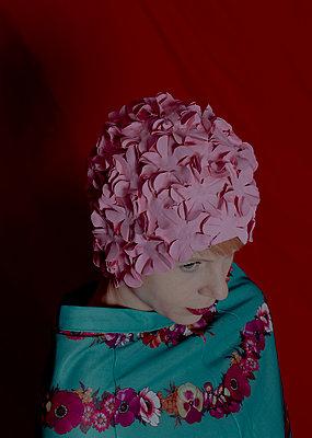 Woman wearing bathing cap - p1279m2133288 by Ulrike Piringer