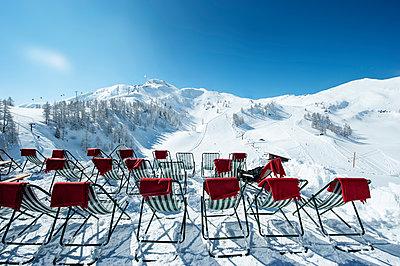 Austria, Salzburg State, Altenmarkt-Zauchensee, row of deckcairs in alpine landscape - p300m965360f by Hans Huber