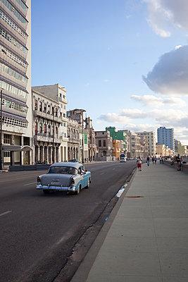 Vintage car in Havana - p304m1092292 by R. Wolf