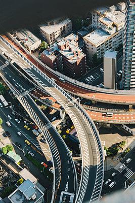 Blick auf Verkehr in Tokio - p432m2116414 von mia takahara