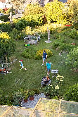 Familie im Garten - p454m2293065 von Lubitz + Dorner