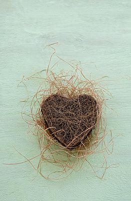 Herz aus Erde mit vertrocknetem Gras - p533m1496802 von Böhm Monika