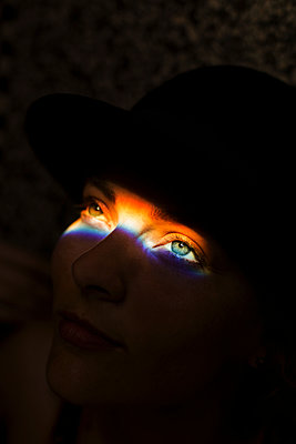 Regenbogen auf den Augen - p858m1215611 von Lucja Romanowska