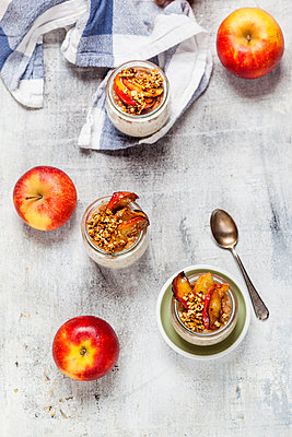 Apple pie overnight oats with caramelized apples and hazelnuts - p300m2059583 by Susan Brooks-Dammann