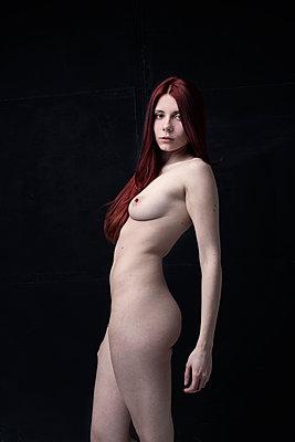 Schöne junge Frau - p947m1218773 von Cristopher Civitillo