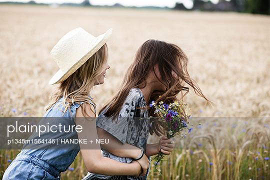 Freundinnen toben - p1348m1564146 von HANDKE + NEU
