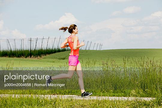 Young woman jogging - p300m2004658 von Roman Märzinger