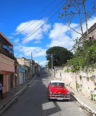 Oldtimer auf den Straßen Kubas - p162m2076968 von Beate Bussenius