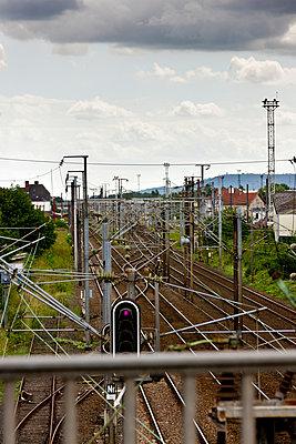 Oberleitungen über Eisenbahnschienen, Amnéville - p248m933081 von BY