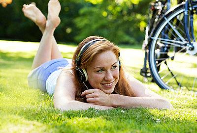 Junge Frau im Park - p341m946304 von Mikesch