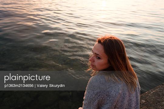 Frau am Meer - p1363m2134656 von Valery Skurydin