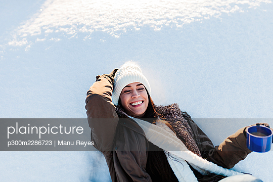 Madrid, Spain. Woman spending time in the snowy countryside in warm clothes. - p300m2286723 von Manu Reyes