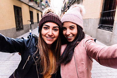Beautiful Lesbian Couple Taking A Self Portrait At The Street - p1166m2165955 by Cavan Images