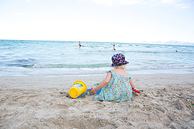 Im Sand spielen - p454m1526338 von Lubitz + Dorner