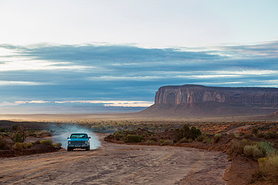 Car driving on dirt road in desert, Monument Valley, Utah, United States - p555m1420828 by Marc Romanelli