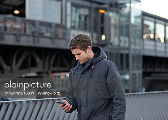 Mann in Eile - p1124m1216831 von Willing-Holtz