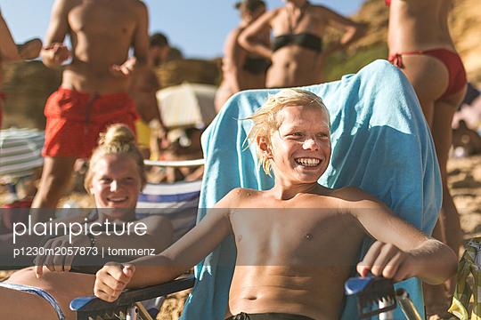 Teenager am Strand - p1230m2057873 von tommenz