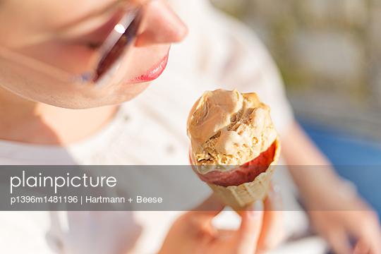 Junge Frau isst ein Eis - p1396m1481196 von Hartmann + Beese