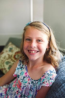 Porträt eines blonden Mädchens - p1361m1497051 von Suzanne Gipson
