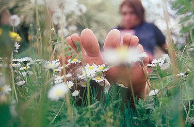 Füße und Gänseblümchen - p2600046 von Frank Dan Hofacker
