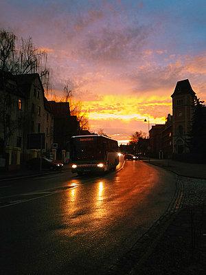 road traffic, bus, sunset, winter time, Saxony, Germany - p300m1010079 by Jana Mänz