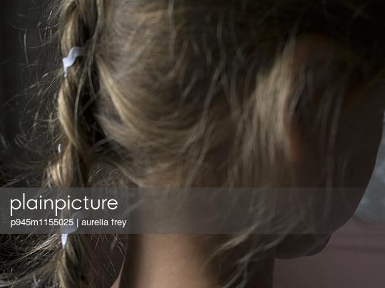 Blondes Mädchen mit geflochtenem Zopf - p945m1155025 von aurelia frey