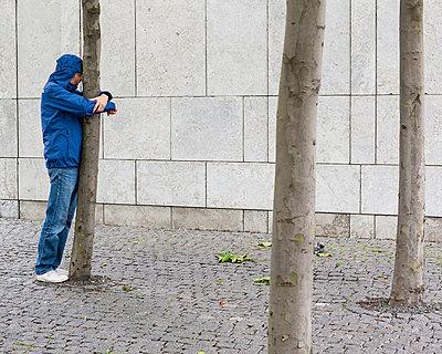 Mann umarmt Baum - p1078m1050881 von Frauke Thielking