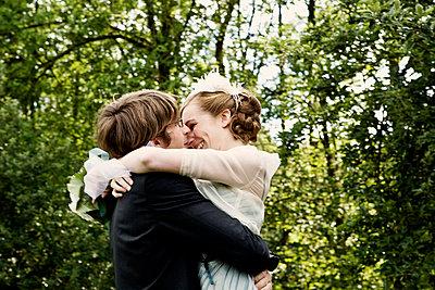 Bride and groom - p1146m943306 by Stephanie Uhlenbrock