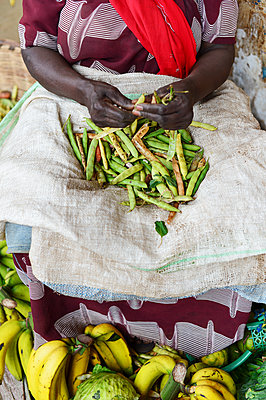 Africa, Uganda, Market stall with green beans - p1167m2283444 by Maria Schiffer