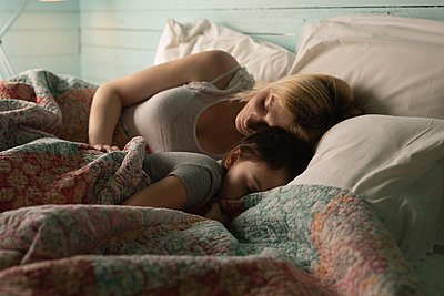 Mother and daughter sleeping in bedroom - p1315m2056255 by Wavebreak