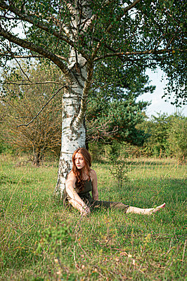 Girl in front of a tree - p1609m2254085 by Katrin Wolfmeier
