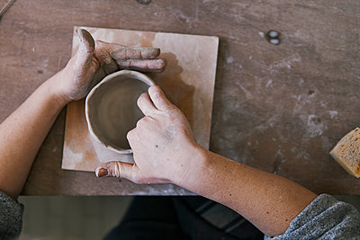 Close-up of potter working on workpiece - p300m2167163 by Juri Pozzi