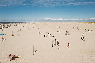 Überfüllter Strand in St. Peter-Ording - p432m2205628 von mia takahara