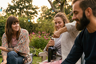 Opening a wine bottle - p788m2037442 by Lisa Krechting