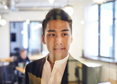 Asiatischer Mann im Büro - p1124m1181503 von Willing-Holtz